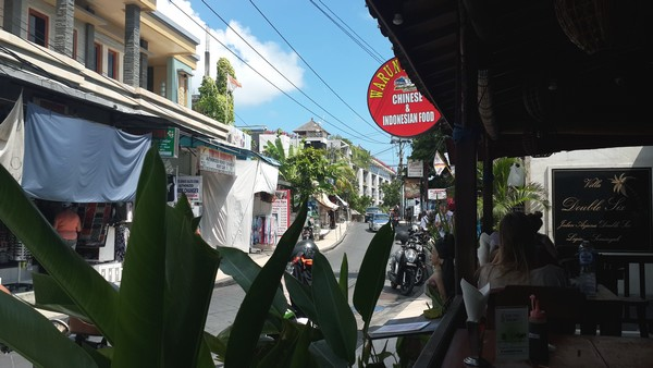Bon plan à Bali : le resto Warung Murah à 1 euro! La rue.