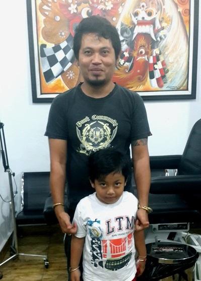Dewa notre star tatoueur sur l'île des Dieux . Dewa et son fils ainé.