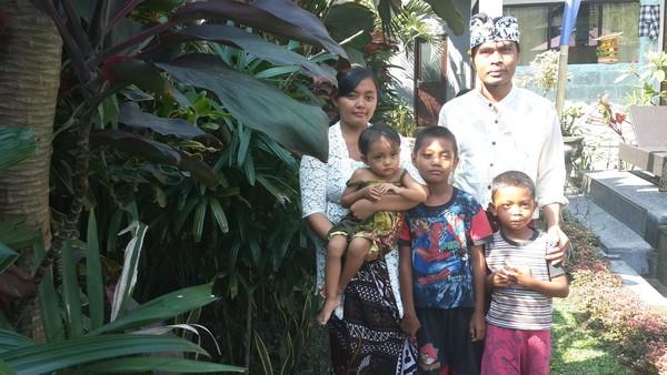 Mystère, esprits et boule de gomme à Kubu Darma. Famille de Komang.