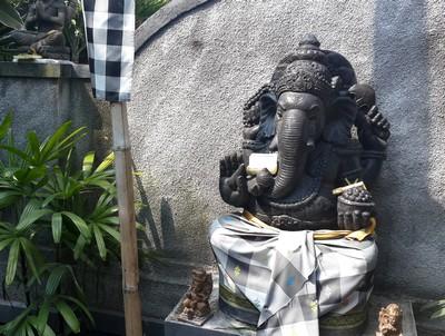 Mystère, esprits et boule de gomme à Kubu Darma. Ganesh