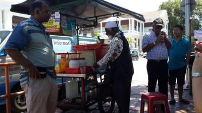 Partir en Orient pour le festival végétarien de Penang. Vendeur ambulant.