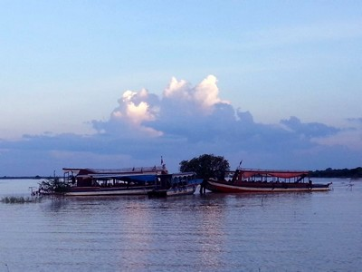Tonlé Sap le lac du Mékong classé par l'UNESCO. Soleil couchant