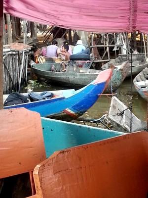 Tonlé Sap le lac du Mékong classé par l'UNESCO. Gamin en pirogue