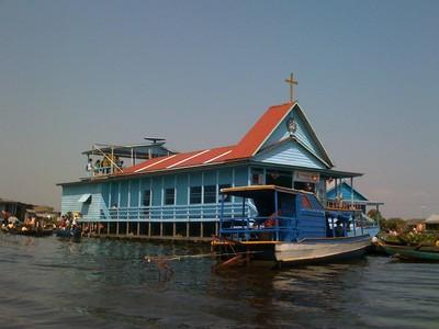 Tonlé Sap le lac du Mékong classé par l'UNESCO. Eglise