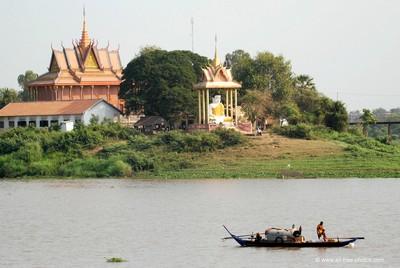 Tonlé Sap le lac du Mékong classé par l'UNESCO. Temple