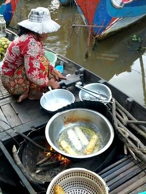 Tonlé Sap le lac du Mékong classé par l'UNESCO. Marchande de beignets