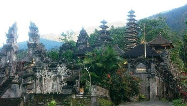 Découvrir Bali autrement : escalade du volcan Batukaru. Le temple Pura Luhur Batukaru