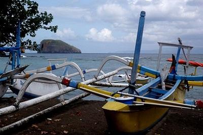 Bali plage : l'est, Padangbai, Candidasa, Amed, Tulamben. Bateaux côte est