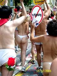 Torture et barbarie à Pampelune : corrida basta! Militants dénudés