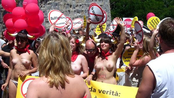 Torture et barbarie à Pampelune : corrida basta! Peta defile