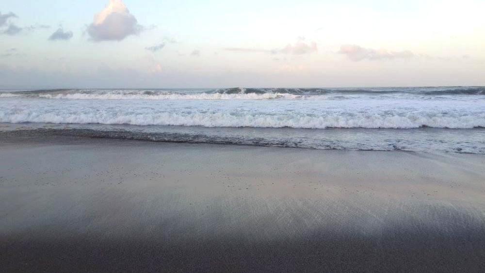 Bali plage : l'est, Padangbai, Candidasa, Amed, Tulamben. Plage de sable volcanique