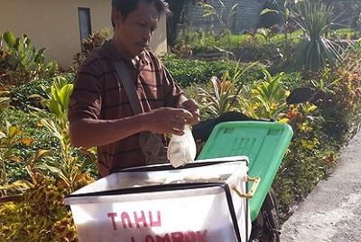 A Bali, Hervé Berbille, spécialiste, passionné, parle du soja. Vendeur de tofou à Bali