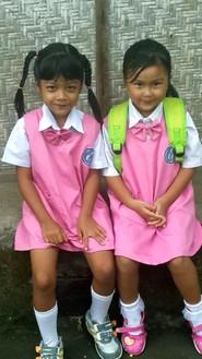 Séjour à Bali : la population, le temps, l'argent, le quotidien. Ecolières à Ubud