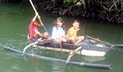 Séjour à Bali : la population, le temps, l'argent, le quotidien. Enfants dans la mangrove