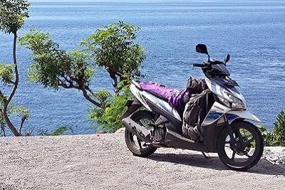 Amed, un coin de paradis sur l'île des Dieux Notre scoot