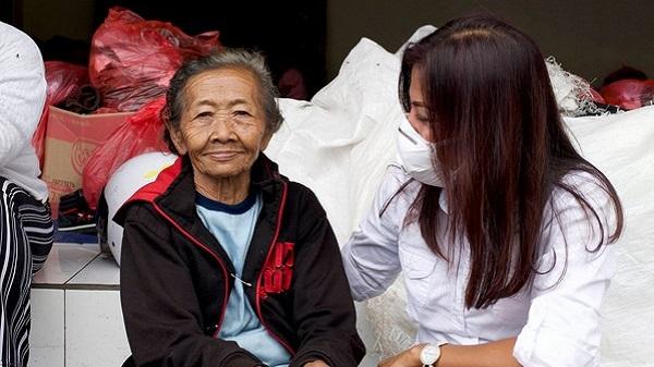 Urgence à Bali, pour les réfugiés 1% d'action sera toujours mieux que 0. Gati et une grand mère