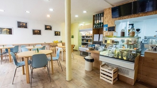 Furahaa Break un restaurant Bio Vegan qui créé du lien et qui fait du bien! Salle furahaa